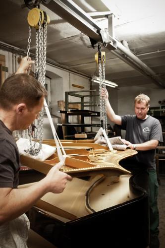 Steinway- Flügel und Steinway Gussplatte mit Uwe Weschenfelder und Mitarbeiter