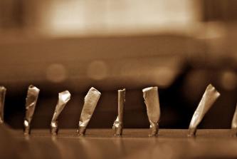 abgeklebte Anhangstifte einer Steinway- Gussplatte