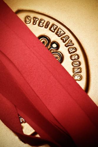 Steinway & Sons Gussplatte mit rotem Filz