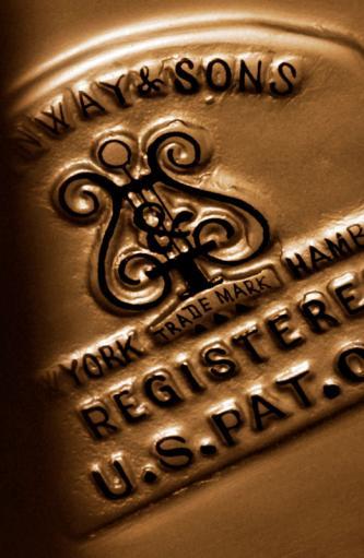 Steinway-Embleum mit Lyraa und Aufschrift: Steinway & Sons, New York –Trade Marks, Hamburg, Registered, U.S Patent. Off.