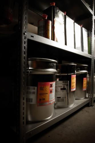 Polyesterlackkanister und Verdünnung im Regal