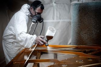 Uwe Weschenfelder Gussplatte lackieren mit Lackieranzug und Lackierpistole