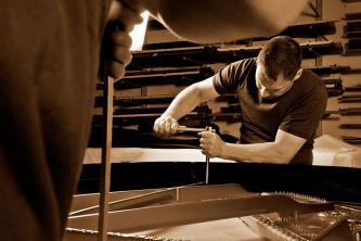 Gussplatte im Steinway-Flügel im Hintergrund Regal mit Fügelteile