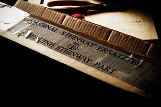 Original Steinway Ersatzteil Karton in weiß