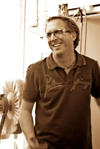 Frank Weschenfelder mit Schutzbrille,  Schwabbelbock, Druckluftschlauch