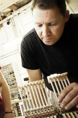 Frank Weschenfelder, Uwe Weschenfelder mit Mitarbeiterin an einer Steinway-Mechanik