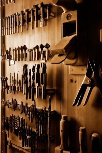 Bohrer und Hobel an der Werkzeugwand