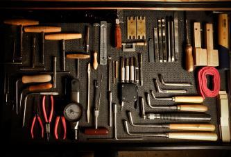 sortiertes Klavierbauwerkzeug, Zangen, Stimmhammer, roter Filz