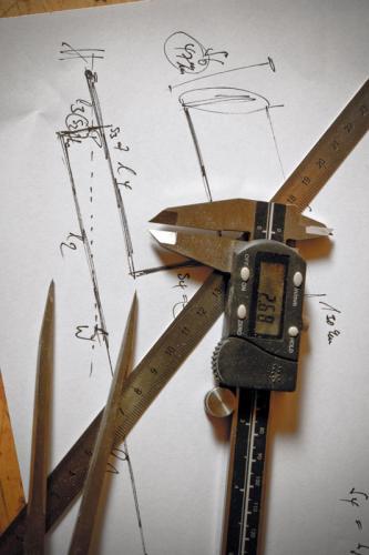 Blatt Papier mit Zeichnung, Schieblehre, Lineal und Stechzirkel
