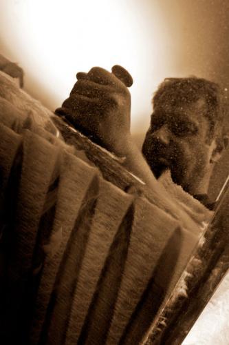 Mitarbeiter beim Schwabbeln eines Steinway-Deckels