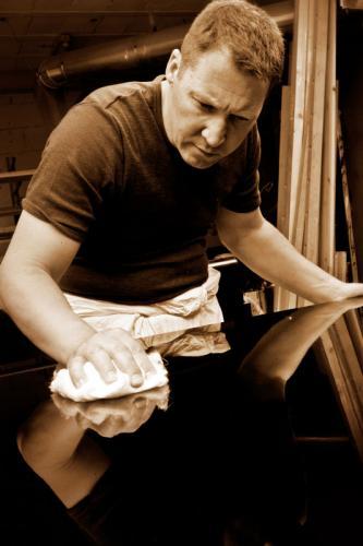 Uwe Weschenfelder beim Polieren eines Steinway-Deckels