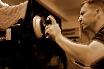 Uwe Weschenfelder beim Polieren eines Steinway-Korpuses mit Poliermaschine